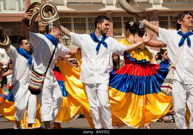 FRANKFURT - JUNE 26. Colombian traditional dance at the Parade der Kulturen. June 26, 2010 in Frankfurt, Germany. - Stock-Bilder