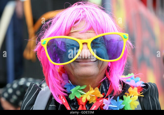Hamburg, Germany. 16th July, 2016. A colourfully attired fan wearing sunglasses at Schlagermove 2016 in the St. - Stock Image