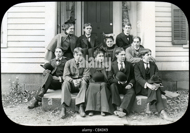 Circa 1900 antique photograph of a group of young men and women. - Stock Image