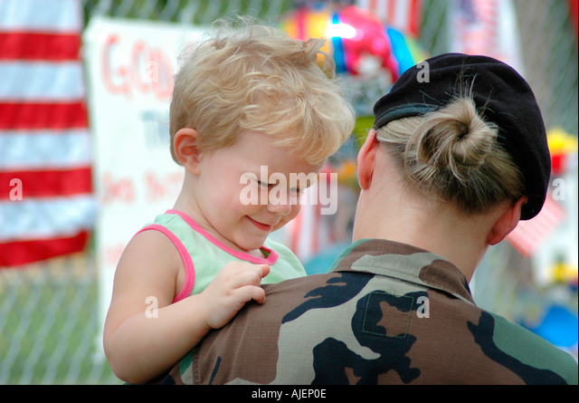 Female soldier at site of memorial of 14 dead Marines in Brook Park Ohio some with baby about to go to Iraq Mom - Stock-Bilder