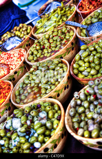 Green olives for sale on farmers market at Louth, Lincolnshire - Stock-Bilder