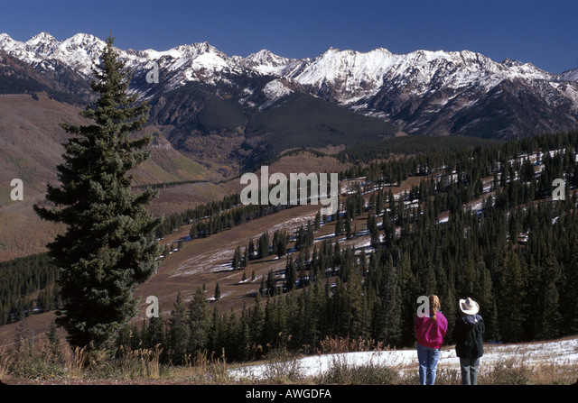 Colorado The West Rocky Mountain State Vail snow capped Gore Range hikers near Mid Vale ski lift station - Stock Image