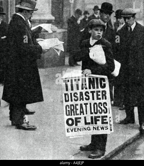 Newspaper boy with news of the Titanic disaster 14 April 1912  - Stock Image