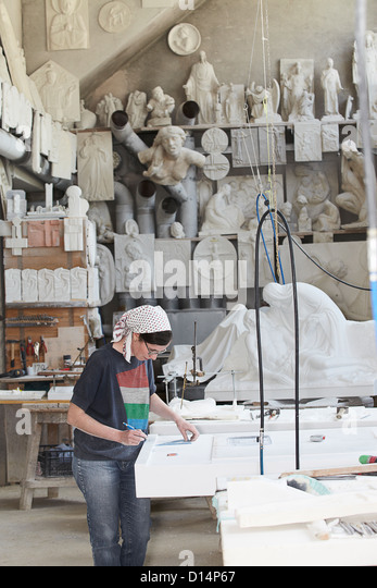 Worker marking slab of stone - Stock Image