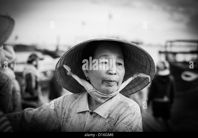 Black and white portrait of a Vietnamese woman wearing a traditional bamboo hat - Stock-Bilder