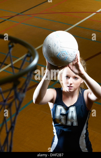 Netball player aiming at goal - Stock Image