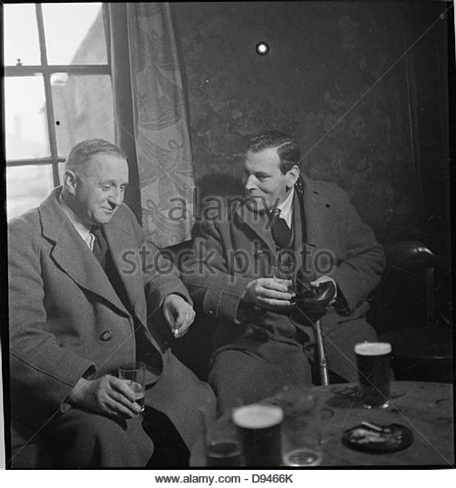 Wartime Pub- Everyday Life at the Wynnstay Arms, Ruabon, Denbighshire, Wales, UK, 1944 D18485 - Stock-Bilder