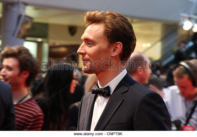 Actor Tom Hiddleston (Thor) signs autographs and greets the crowd at the European premiere of The Avengers in London - Stock-Bilder
