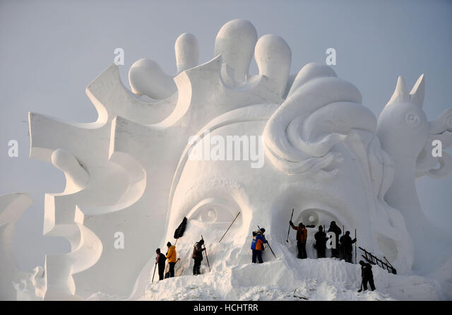 Harbin, China's Heilongjiang Province. 9th Dec, 2016. Artists create a snow sculpture at a park before the annual - Stock Image