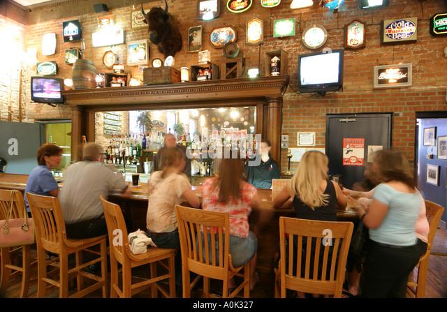 Toledo Ohio Oliver House bar nightlife drinking talking alcohol - Stock Image
