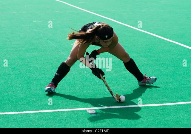 Female Field Hockey player lines up a shot - Stock-Bilder