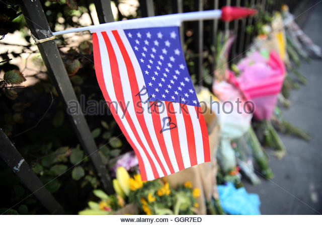 Floral tributes and a Stars and Stripes are seen at the spot in Russell Square where Darlene Horton died following - Stock-Bilder