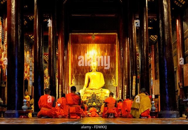 Monks praying in Wat Phan Tao, Chiang Mai, Thailand - Stock-Bilder