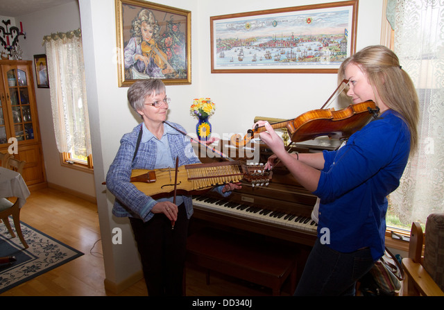 Mother and daughter playing music. Dulcimer and violin. Swedish Americans in Lindsborg, Kansas. - Stock Image