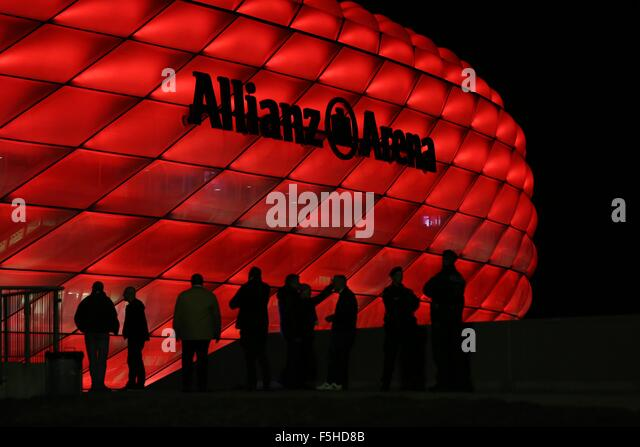 Munich, Germany. 4th November, 2015. Fans arrive at the Allianz Arena for the UEFA Champions League Group F match - Stock-Bilder