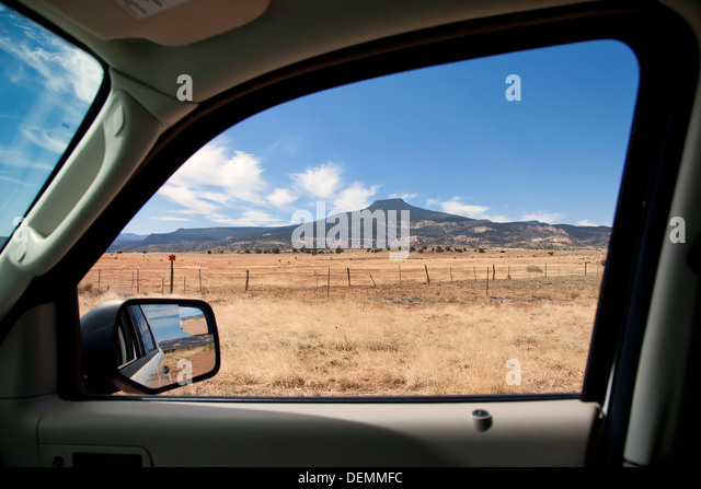 Cerro Pedernal framed by a Ford Escape window near Abiquiu Dam, New Mexico. - Stock Image