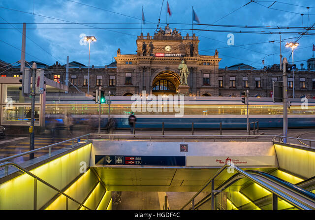 Zürich, main train station at night - Stock Image