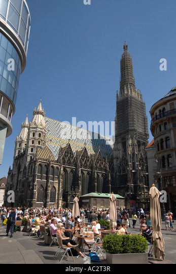 Vienna Stephansdom St Stephens gotic cathedral street cafe - Stock Image