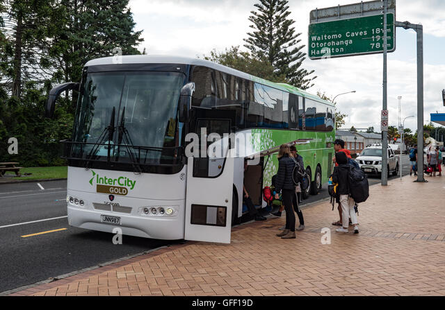 Intercity coach parked at a rest stop Tiffany's Cafe, Te Kuiti, North Island, New Zealand. - Stock-Bilder