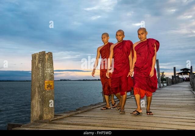 Monks on teakwood bridge, U Bein Bridge, Thaungthaman Lake, evening mood, Amarapura, Mandalay Division, Myanmar, - Stock-Bilder