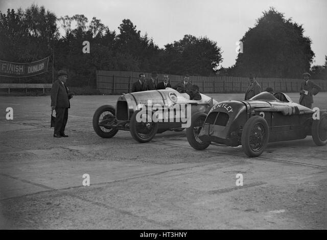 Delage of J Taylor and Bentley of Dudley Froy, Surbiton Motor Club race meeting, Brooklands, 1928. Artist: Bill - Stock-Bilder