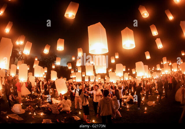 Magelang, Indonesia. 22nd May, 2016. People fly lanterns during the Vesak Day celebration at Borobudur temple in - Stock Image