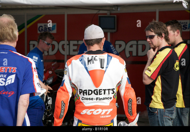 John McGuinness chats to his pit crew prior to a practice session for the 2008 Isle of Man TT races. - Stock Image