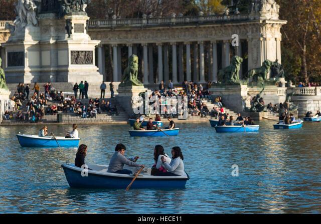 Boating on the main lake in Retiro park, Madrid, Spain. - Stock Image