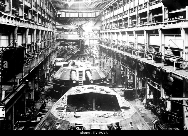 ARMSTRONG WHITWORTH naval gun production line at their factory in Elswick, Newcastle upon Tyne, England about 1915. - Stock Image