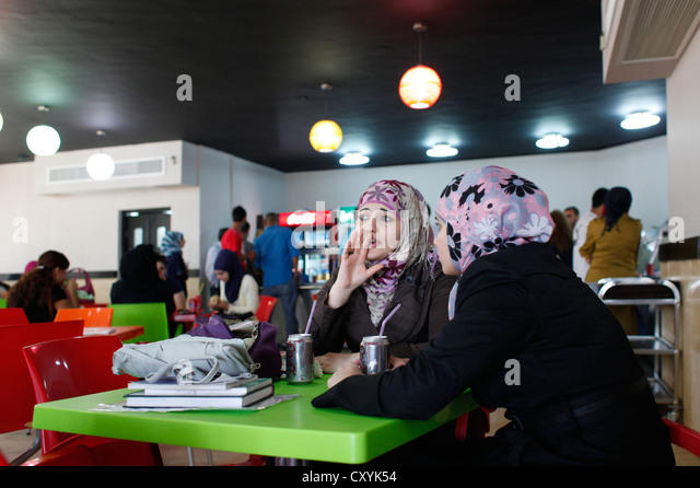 Palestinian students in the cafeteria of Al Quds university in Abu Dis a Palestinian town in the Jerusalem Governorate - Stock-Bilder