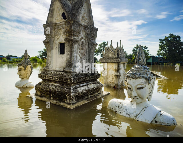 Sai Noi, Ayutthaya, Thailand. 30th September, 2016. Statues of the Buddha at the flooded Wat Boonkannawas in Sai - Stock Image