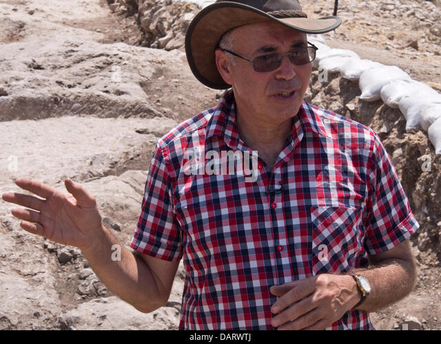 Bet Shemesh, Israel. 18th July 2013. Hebrew University Prof. YOSSI GARFINKEL explains the significance of findings - Stock Image
