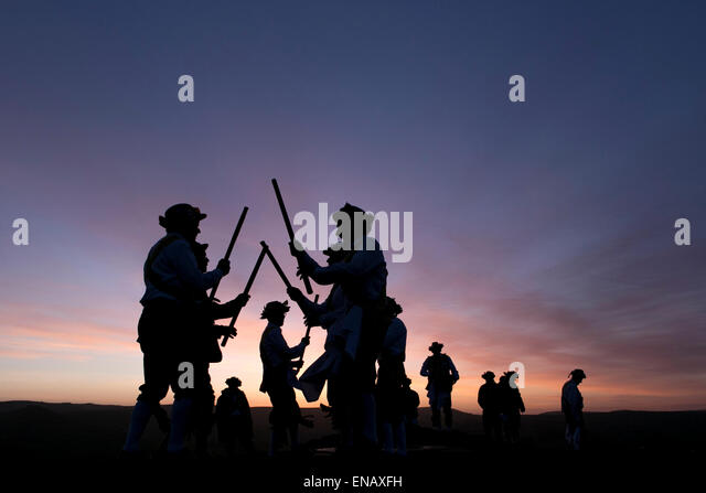 Morris dancers from the Chapel-en-le-Frith Morris Men dance at sunrise to welcome May Day on Eccles Pike - Stock-Bilder