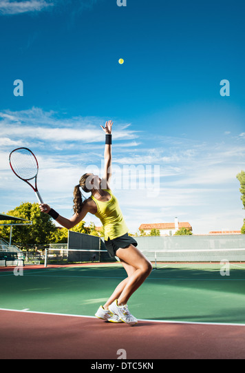 Female tennis player hitting ball - Stock Image