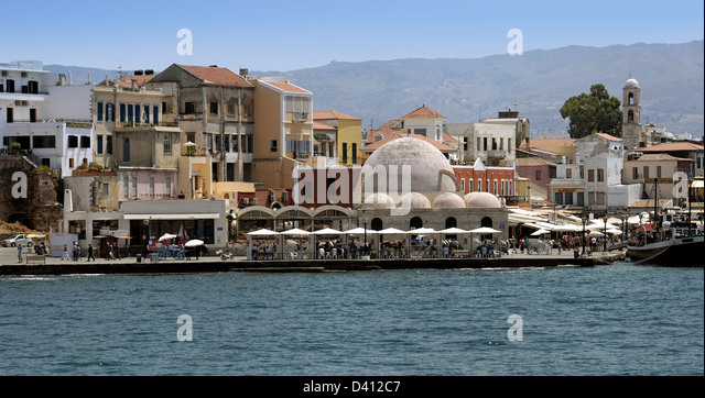 The port of Chania, Crete, with the 17th century Turkish mosque Giali Tzamisi - Stock Image