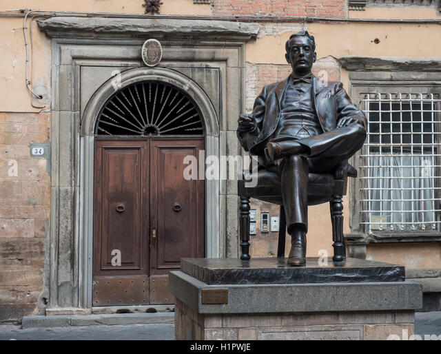 Bronze statue of composer Giacomo Puccini in his birthplace, Lucca, Tuscany, Italy - Stock Image