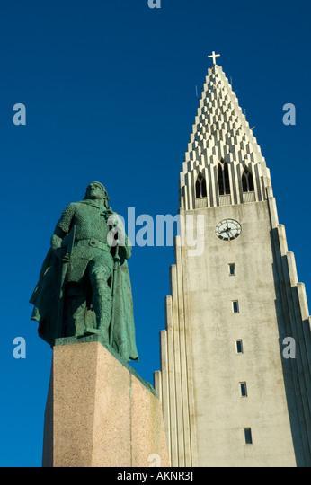 Hallgrímskirkja, the church of Hallgrímur, and statue of Leif Ericson, Reykjavik, Iceland - Stock Image