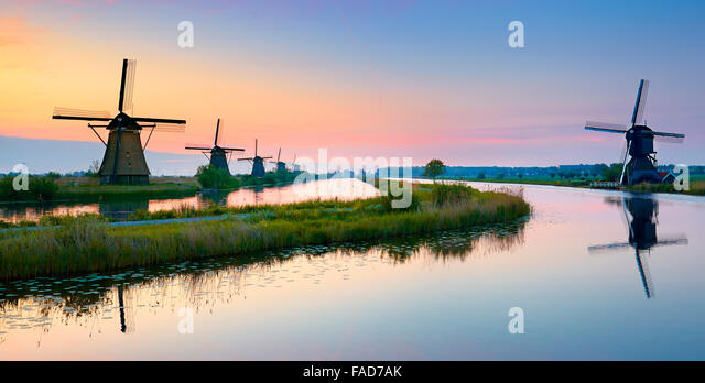 Kinderdijk windmills before sunrise - Holland Netherlands - Stock-Bilder