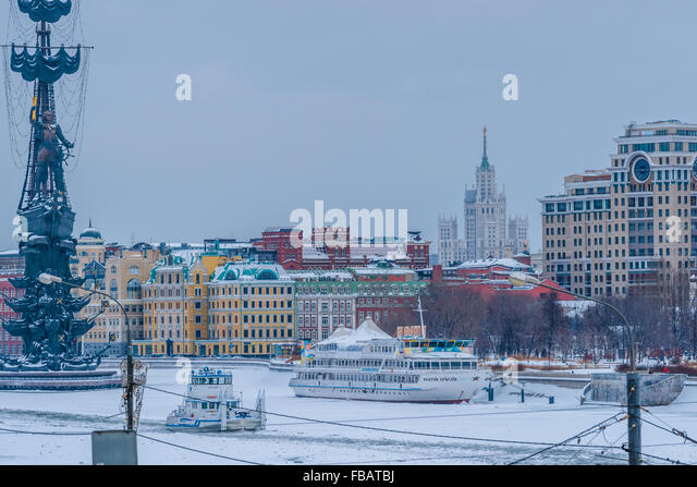 Moscow, Russia. January 13, 2016. Second day of the periodical snowing in Moscow and the second day of temperature - Stock Image