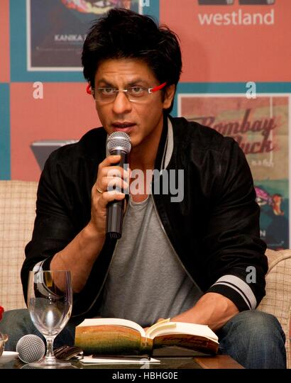 Bollywood actor Shah Rukh Khan reads a book during launch Author Kanika Dhillon's book 'Bombay Duck Is A - Stock-Bilder