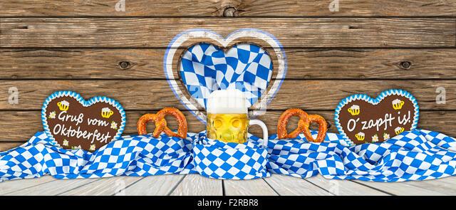 german oktoberfest beer mug gingerbread hearts and pretzel in bavarian flag - Stock Image