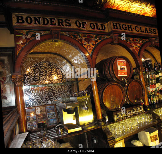 Famous Crown Bar mirrors,Gt Victoria St,Belfast - Stock Image