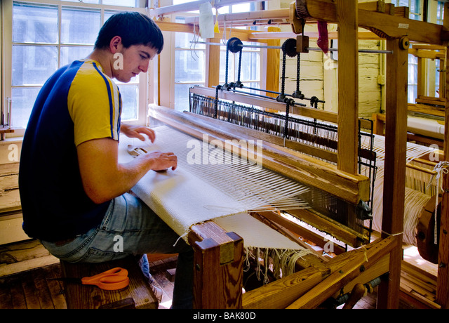 student-weaving-at-the-berea-college-log