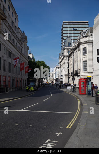 London, UK. 4th July, 2017. Blue Skies over London Credit: Keith Larby/Alamy Live News - Stock Image