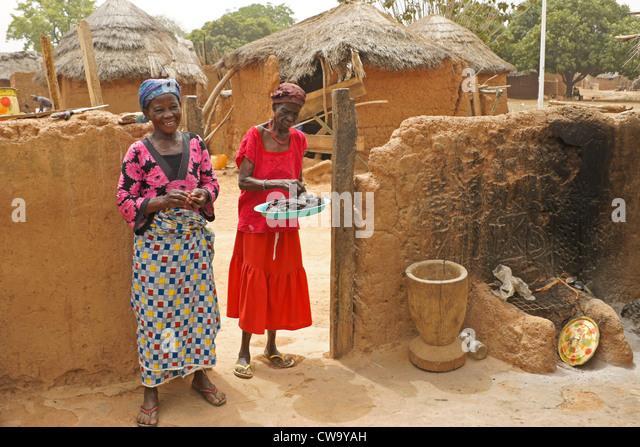 Women in house compound, Mognori Eco-Village, Ghana - Stock Image