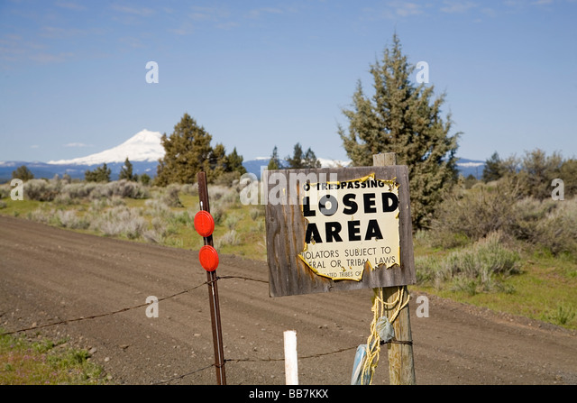 A sign reading Closed Area on the Warm Springs Indian Reservation near Warm Springs Oregon - Stock Image