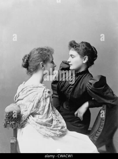 Helen Keller (1880-1968) and her devoted teacher, Anne Sullivan (1866-1936) (on right).  Sullivan first taught the - Stock-Bilder