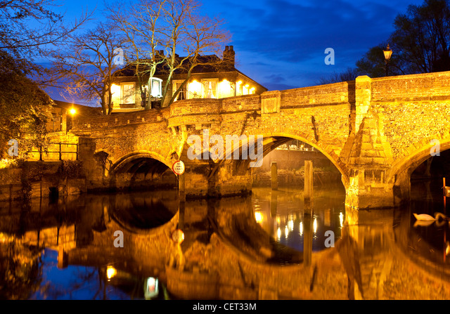The medieval Bishop Bridge over the River Wensum at night. The bridge was built in 1340 and is one of the oldest - Stock-Bilder