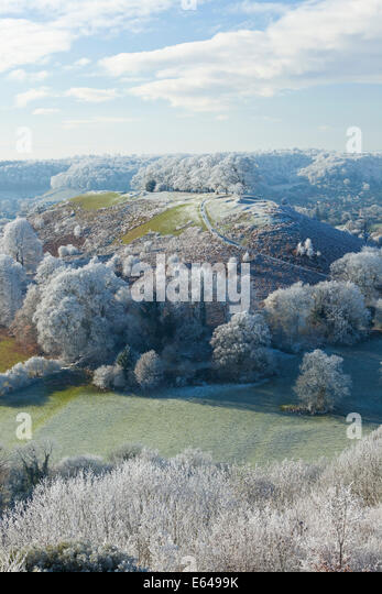 A VIEW GLOUCESTERSHIRE UK ULEY BURY WITH DOWNHAM HILL KNOWN LOCALLY AS SMALLPOX HILL DUE TO ONCE BEING USED AS ISOLATION - Stock Image