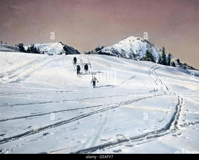 Die Tauplitzalm im Totengebirge bildet hier das Gelände, über das die Skifahrer fröhlich zu Tal  - Stock Image